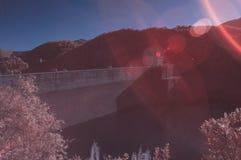 在红外颜色的超现实的水水坝 免版税图库摄影