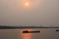 在红河日落河内的一条小船 免版税库存照片