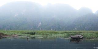 在红河的渔船 库存图片