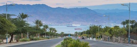 在红海和货船的全景 库存图片