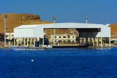 在红海的海湾的豪华雪白马达游艇反对老珊瑚礁蓝天的  库存图片