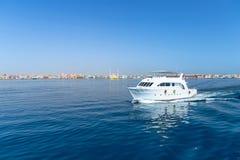 在红海的游艇巡航 库存图片