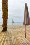 在红海的美丽的公开沙滩在有stro umb的埃拉特 免版税库存照片
