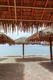 在红海的美丽的公开沙滩在有stro umb的埃拉特 图库摄影