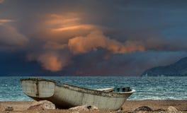 在红海的老渔船 免版税图库摄影