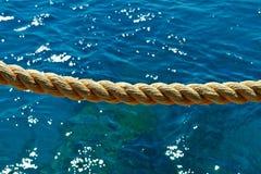 在红海的背景的绳索 免版税库存照片