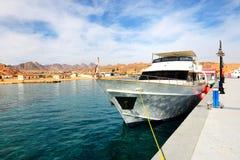 在红海的马达游艇在港口 库存图片
