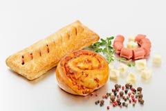 在红润酵母小圆面包的香肠与被隔绝的一个金黄外壳 免版税图库摄影