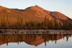 在红灯和反射的山在湖 免版税图库摄影