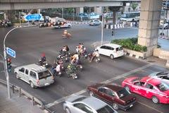 在红灯期间,各种各样的车乘在空白线路之外的中止汽车违反法律在地面上 库存图片