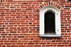 在红砖墙壁上的一个古老窗口 免版税库存图片
