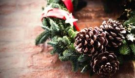 在红砖墙壁上的圣诞节花圈 库存照片
