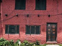 在红砖墙壁上的布朗门 免版税图库摄影