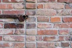 在红砖墙壁上的老生锈的锁  免版税库存图片