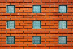 在红砖墙壁的方形的大块玻璃窗口 免版税库存图片
