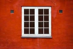 在红砖墙壁的背景的美丽的老窗口 结构 免版税库存照片