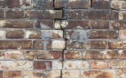 在红砖墙壁的裂缝  库存照片