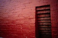 在红砖墙壁的适当位置 免版税库存图片