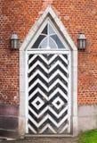 在红砖墙壁,哥特式复兴的木门 库存照片