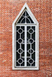 在红砖墙壁,哥特式复兴的窗口 库存照片