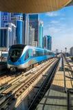 在红线的地铁火车在迪拜,阿联酋 免版税库存图片