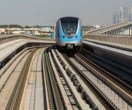 在红线的地铁火车在迪拜 库存照片