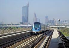 在红线的地铁火车在迪拜 图库摄影