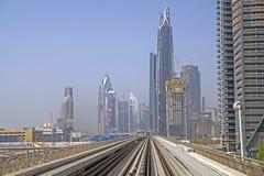 在红线的地铁火车在迪拜 免版税库存图片