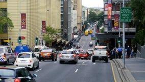 在红绿灯的汽车中止在布里斯班市 股票视频