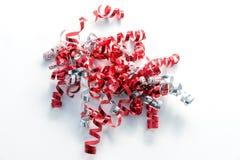 在红色、白色和银的卷曲礼物丝带 免版税库存照片