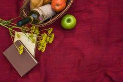 在红色一揽子顶视图的野餐篮子 苹果,白葡萄酒, b 库存图片