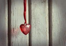 在红色丝带的心脏 免版税库存图片
