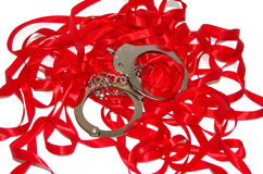 在红色丝带的钢手铐 库存图片