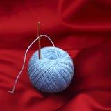 在红色丝绸的螺纹 库存照片