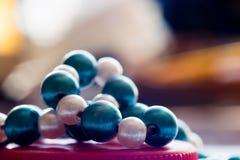 在红色串的蓝色和白色小珠 五颜六色的背景 宏指令 库存照片