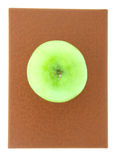 在红色书的绿色苹果 免版税库存图片