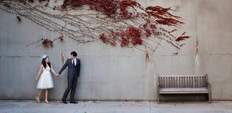 在红色事假路的夫妇 免版税库存图片