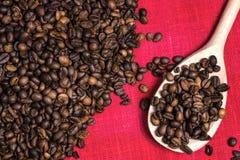 在红色亚麻布的咖啡豆 免版税库存图片