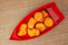 在红色优美的板材的炸面包鸡在日本餐巾 库存图片