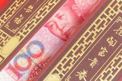 在红色信封的中国人或100张元钞票金钱,作为汉语 免版税图库摄影