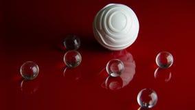 在红色光滑的地板背景的抽象水晶球 库存图片