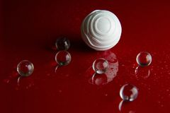 在红色光滑的地板背景的抽象水晶球 库存照片