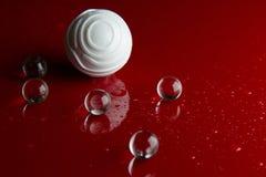 在红色光滑的地板背景的抽象水晶球 免版税库存照片
