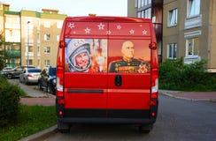 在红色公共汽车的历史图画 图库摄影