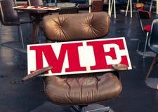 在红色写的我在一个大白板在办公室椅子 免版税库存图片