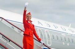 在红色制服打扮的迷人的空中小姐 荷兰男人飞行堡垒保罗・彼得・彼得斯堡餐馆俄国圣徒 10威严2017年 库存照片