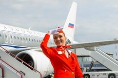 在红色制服打扮的迷人的空中小姐 荷兰男人飞行堡垒保罗・彼得・彼得斯堡餐馆俄国圣徒 2017年8月10日 图库摄影