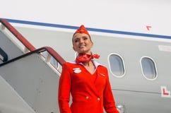 在红色制服打扮的迷人的空中小姐 荷兰男人飞行堡垒保罗・彼得・彼得斯堡餐馆俄国圣徒 2017年8月10日 免版税库存照片