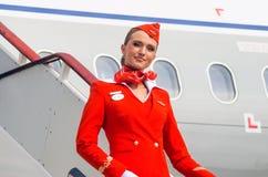 在红色制服打扮的迷人的空中小姐 荷兰男人飞行堡垒保罗・彼得・彼得斯堡餐馆俄国圣徒 2017年8月10日 免版税图库摄影