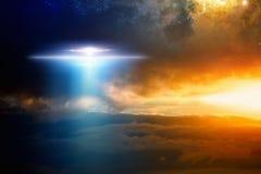在红色发光的天空的地球外的外籍人太空飞船 图库摄影